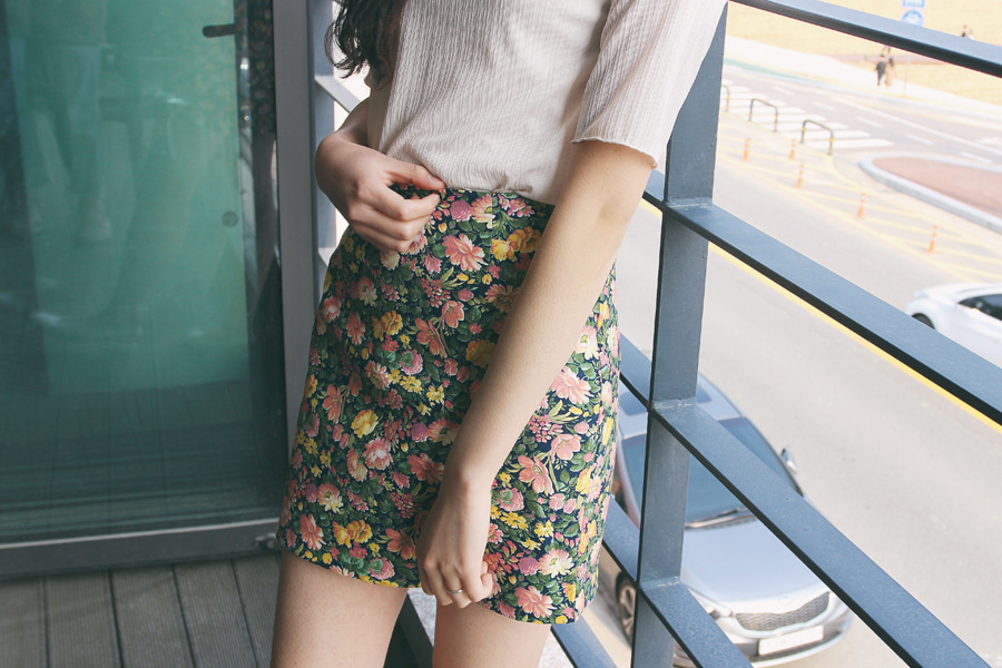 Floral back banding mini skirt